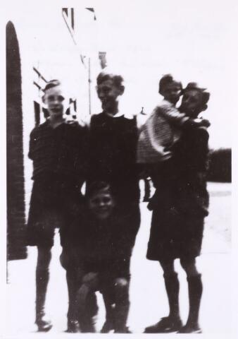 013422 - WOII; WO2; Tweede Wereldoorlog. Evacué's uit Rotterdam, na het bombardement van de stad te gast bij de familie De Rooy in de Esdoornstraat. Links J. de Eooy