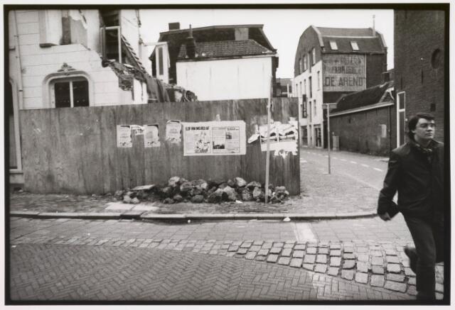 035343 - Tijdens graafwerkzaamheden dreigde het pand aan de Willem II-straat nr. 66 in te storten . Destijds bewoond door de heer van der Schoot en zijn  moeder mevrouw van der Schoot- Kruijssen. Het pand werd onmiddellijk gesloopt. Om de voorbijgangers te beschermen werden houten schotten geplaatst. Hierop is overigens een muurkrant geplakt met het opschrift ; 'Blijf van ons geld af.'