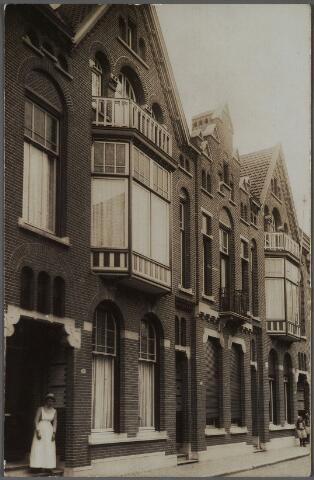 011216 - De panden Noordstraat 88-92 gezien in de richting van de Nieuwlandstraat. Op de nummers 88 en 92 gebouwd rond 1910 door aannemersbedrijf Weijers, woonden respectievelijk aannemer Hermanus Josephus Weijers, getrouwd met de Goirlese fabrikantendochter Aldegonda Antonia Peijnenborg en aannemer Adrianus H. Weijers, getrouwd met Martina J.A.M. Reijnen. Beide huizen zijn identiek, maar gebouwd in spiegelbeeld. Aan de woningen zien we elementen uit de Jugendstil o.a. de sluitstenen boven de voordeur.  In de deuropening van pand nr. 88 de dienstbode. Het middelste pand, nr. 90, werd tot 1912 bewoond door wollenstoffenfabrikant Franciscus A.J.M. van Spaendonck-Loven. Hij verhuisde in 1912 naar de Stationstraat 15. Daarna woonde er, tot 1929, wollenstoffenfabrikant Petrus J.C.J.M. Donders, getrouwd met de Goirlese fabrikantendochter Aldegonda J.M. van Puijenbroek. De voornoemde heren Weijers waren firmanten van aannemersbedrijf  W.F. Weijers. Zij bouwden o.a. de St. Annakerk en het nieuwe beursgebouw aan het Piusplein. A.H. Weijers was bovendien voorzitter van de afdeling Tilburg van de Nederlandse aannemersbond en lid van het hoofdbestuur. Hij was ook lid van de raad van toezicht van de Tilburgse ambacht- en industrieschool.