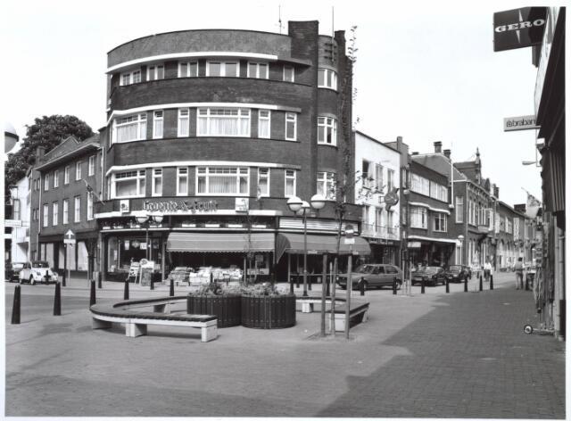026983 - Winkels. Hoek Heuvelstraat 131, Nieuwlandstraat 57. In het midden Winkel van groente en fruit.