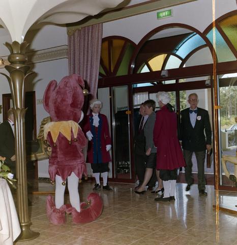 1237_012_973-1_008 - Horeca. Toerisme. Pretpark. Feestelijke opening van het Efteling hotel in september 1992. Gasten worden verwelkomd door mascotte Pardoes en acteurs verkleed als lakei.