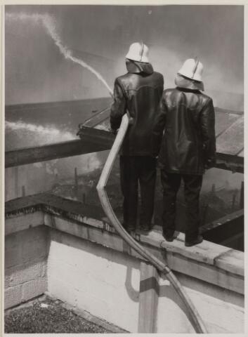 086162 - blussen van de brand bij Cowboy Schoenfabriek