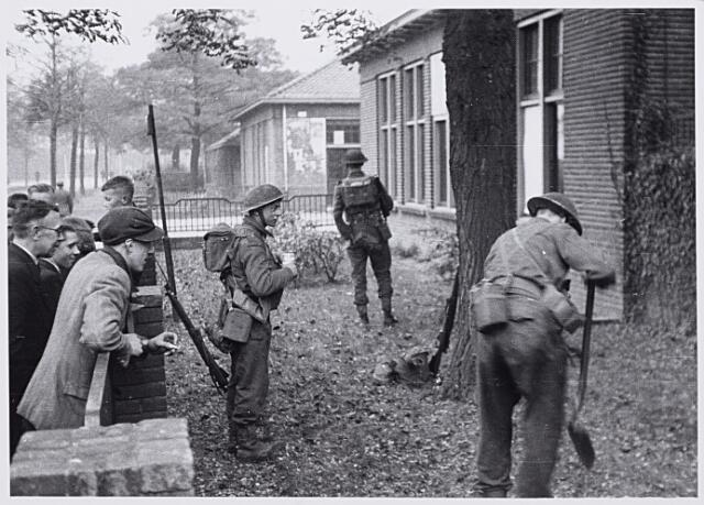 013250 - WO2 ; WOII ; Tweede Wereldoorlog. Bevrijding. Op aanwijzing van omwonenden overmeesteren en arresteren Schotse militairen een groep Nederlandse SS' ers, die zich in de omgeving van het Gemeentelijk slachthuis (abattoir)    aan de Enschotsestraat had verborgen