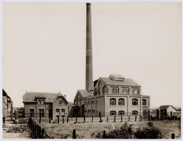 104155 - Energievoorziening. Gas- en Electriciteitsbedrijf (GEB). De bouwwerken voor de electriciteitsfabriek naast de gasfabriek zijn in volle gang en daarmee ontstaat het GEB , het gas- en electriciteitsbedrijf. Op 24 juni 1911 kan de levering van electriciteit plaatsvinden. In september 1954 wordt de electriciteitsproductie overgedragen  aan de PNEM; na 1958 is de centrale in Tilburg ontmanteld en gesloopt; Bij de komst van het aardgas verdwijnt ook het gasbedrijf.