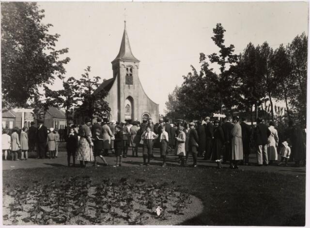 036243 - Hasseltse kapel op een zondag in mei 1930. De Hasseltse kapel, toegewijd aan Maria, werd waarschijnlijk rond 1530 gebouwd. Na de Vrede van Munster in 1648 werd aan de kapel de kerkelijke bestemming onttrokken en werd er ondermeer een herberg en een weverswoning in gebouwd. In 1796 werd dit weer ongedaan gemaakt en werd de kapel opnieuw een bedehuis. Een trouwe bezoeker was de in 1809 geboren Peerke Donders. In 1969 werd een aktie begonnen om de kapel grondig te restaureren en in 1971 volgde de uitbesteding hiervan aan de firma J. de Bont - van Hulten uit Nieuwkuijk. Halverwege oktober 1972 werd de Hasseltse kapel luisterrijk heropend. De kapel wordt vooral in de Mariamaand mei bezocht