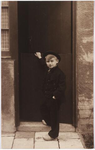 004593 - Jack SMITS, zoon van Franciscus A.J.M. Smits (geb. 1897 in Breda) en Constance M.E. Houben (geb. 1898 in Zevenbergen). Hun huwelijk werd gesloten in Tilburg op 25-7-1922.