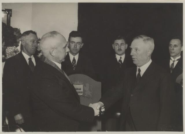 058772 - 25 jarig ambtsjubileum va burgemeester D. Smits in 1935.  v.l.n.r.  C. de Jong, raadslid  D. Smits, burgemeester  J. Versteeg, raadslid  S. de Roon, volentair der secretarie  F.M. Volk, wethouder  P.M. van der Perk, gemeenteontvanger
