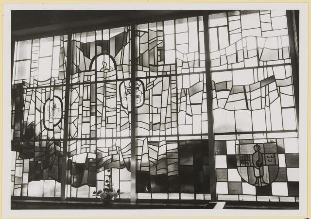 072974 - Opening gemeentehuis door de Commissaris van de Koningin Kortmann. Glas-in-loodraam vervaardigd door kunstschilder J. Dijker.