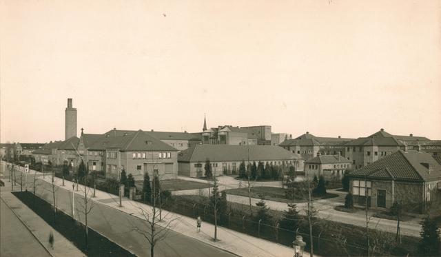 654214 - Elisabethziekenhuis. Gezondheidszorg. Het St. Elisabeth Ziekenhuis. Op de voorgrond rechts paviljoen Buitenzorg voor infectieziekten, later omgebouwd tot Kinderafdeling. Bij de ingang staat de eerste telefooncel in Tilburg