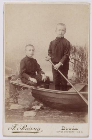 044004 - Wim en Fons? Sassen, zonen van Alphonse M.C.J.A. Sassen te Breda en Cornelia Josephina Augustina Mutsaers uit Tilburg.