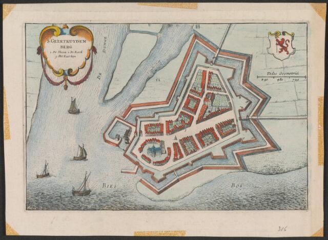 650985 - Plattegrond van de stad Geertruidenberg gebouwen en vestingwerken weergegeven in vogelperspectief. S Geertruydenberg en 3 voornaamste gebouwen linksboven in cartouche. Rechtsboven stadswapen. In dorso S Geertruyden-bergh naemsoorsprong met beschrijving. Ca. 1650. Ets. Uit j. Blaeu toneel der steden (1649) vergelijk Boxhornius-Theatrum 1632. Zie ook inv. nr. 20. 155 x 232 mm. Aangekocht bij Burgersdijk en Niermans Leiden. Oudtijds handgekleurd .15,5 x 23 cm.