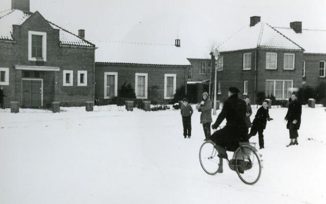 092005 - Tijdelijk onderkomen van de SINT PAULUS HBS, bij kruising Kwaadeindstraat Ringbaan-West, 1955
