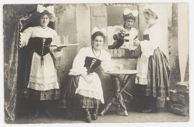 068214 - Muziekfeesten. Zomerkermis gehouden van 25 - 29 juni 1904. Op de foto     v.l.n.r. Ciska Nieuwland-Brands, Joh. de Haes, Colette Diepen-Berghegge en Cor Gommers?