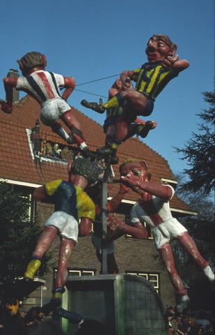 656437 - Carnaval. Optocht in Tilburg in 1983. Op de carnavalswagen voetballers. Met o.a. een Willem II speler en een goal.