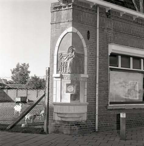 D-00413 - Monument voor Jacoba Maria (Coba) Pulskens aan de muur van haar woning, Diepenstraat 25, Tilburg (door Jacques van Poppel 1947)