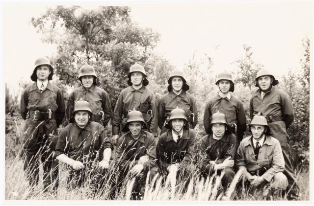 039455 - Volt, Zuid.Hulpafdelingen, Brandweer. Ploeg II onderleiding van hoofdbrandwacht van Peer tijdens brandweerwedstrijden op zaterdag 26 juni 1948 op de vliegbasis Gilze-Rijen. De ploeg plaatste zich als zesde. Dat viel tegen. De oorzaak bleek een telfout bij de wedstrijdcommissie. Eigenlijk had men op de tweede plaats moeten eindigen. Staand v.l.n.r.: v. Peer, Schoppenhouer, NN, NN, NN en Moeskops. Zittend v.l.n.r.: v. Roosendaal, NN, Verheij, Overveld en van Oers?