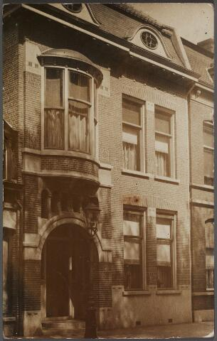 011212 - Noordzijde van het Wilhelminapark, pand nr. 119. Voorheen stond hier een ouder huis, pand K271, rond 1900 bewoond door de weduwe L. Ooms-Leduc. Na haar woonde er timmerman/aannemer Hendrikus Cornelis Timmermans die in januari 1914 naar de Goirkestraat verhuisde. Het oude pand is daarna gesloopt. Dezelfde maand vroeg J.C. Ackermans een bouwvergunning voor de bouw van het pand op deze foto. Architect was F.C. de Beer. Op 21 januari 1914 werd de bouwvergunning verstrekt. De eerste bewoner van het pand, Johannes Cornelis Ackermans, werd geboren te Tilburg op 2 september 1864. Hij bleef ongehuwd en overleed te Tilburg op 10 februari 1935. Naast leerlooier was hij lid van de gemeenteraad, wethouder. De volgende bewoner was 'boekhoudkundige' Cornelius H.A.J. Janssens, geboren te Tilburg op 10 december 1901. Hij bewoonde dit pand tot eind 1955. In de jaren 1956-1958 was er het accountantskantoor C.H.A.J. Janssens & G.G. Lammers gehuisvest. Daarna, tot eind 1965, bood het huis gedeeltelijk woonruimte en deed het gedeeltelijk dienst als jeugdhuis Don Bosco. Op 7 maart 1966 werd vergunning verleend om het huis te mogen verbouwen 'tot een gebouw tot het huisvesten van studenten'. Links een detail van het in 1920 gesloopte koffiehuis annex slagerij van Frans Ooms.