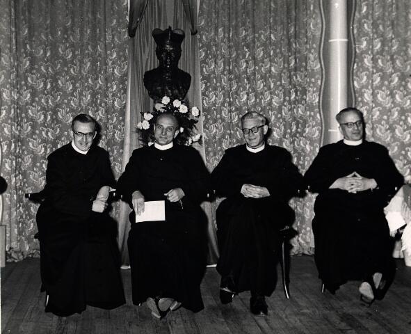 055037 - Generaal bestuur van de congregatie der fraters van O.L.V. Moeder van Barmhartigheid. Tweede van links frater Novatus Vinckx. Op de achtergrond het borstbeeld van frater superior De Beer.