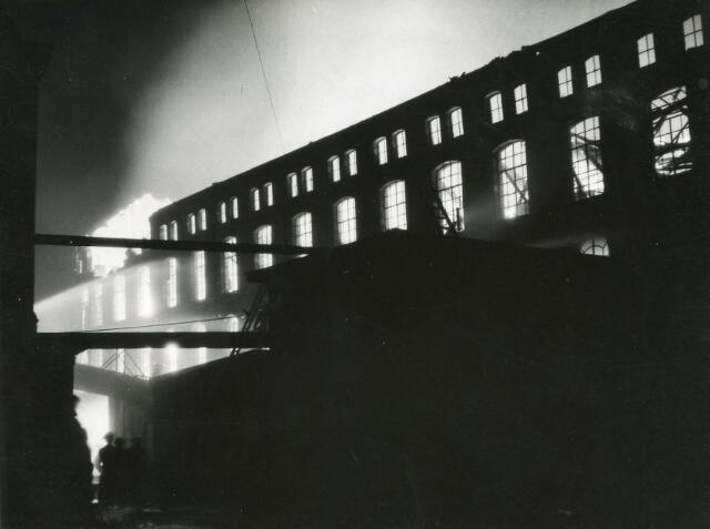 601072 - Textielindustrie. Op 7 januari 1941 woedde een zeer heftige brand bij de N.V. J. Brouwers Lakenfabrieken aan de Korte Schijfstraat. De fabriek is heropgebouw, maar sloot in 1958 definitief haar poorten. Er waren toen 231 oersonen werkzaam.