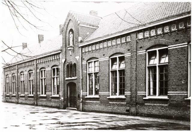 047137 - De voormalige St. Thomasschool aan de Thomas van Diessenstraat, gebouwd in 1891. Het beeld van St. Thomas boven de hoofdingang werd geschonken door de familie Schellekens in 1908. In 1975 werd deze school voor basisonderwijs totaal afgekeurd, later ging het gebouw deel uitmaken van het Jan van Besouwhuis.