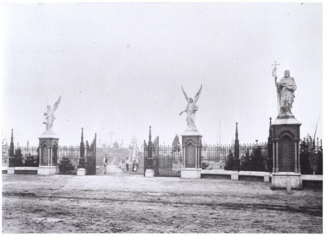 016007 - Voorzijde van het kerkhof aan de Bredaseweg anno 1892. Op de achtergrond de Calvarieberg