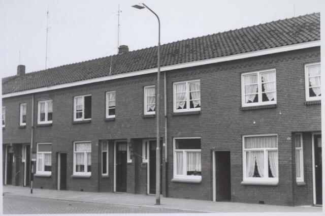 026145 - Panden Lijnsheike 27, 29 en 31 (van rechts naar  links) eind 1962