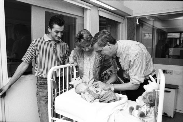 1237_010_762-2_005 - Dr Hol Elisabeth Ziekenhuis, Kinderafdeling . Met ouders van het kind.