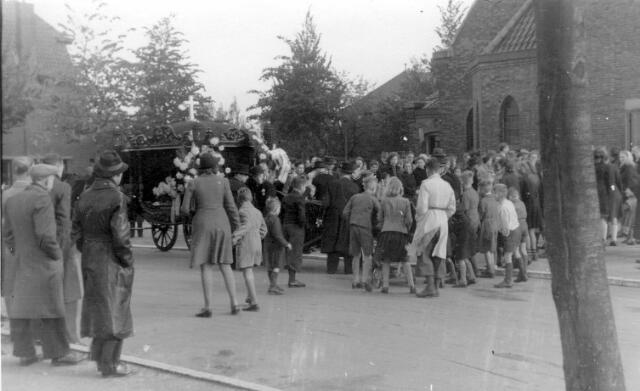 064673 - Tweede Wereldoorlog. Begrafenis van een oorlogsslachtoffer vanuit de Sacramentskerk aan de Ringbaan-Oost.