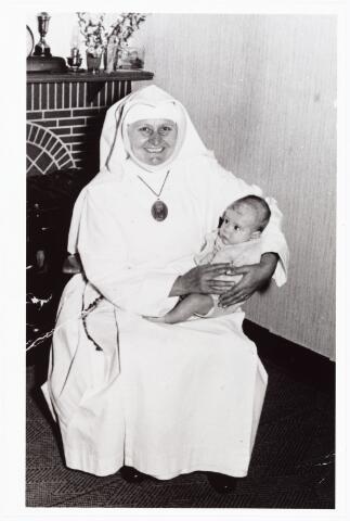 008088 - Zuster Petra Vromans, woonde in den Besterd onder Berkel, later trad zij in bij de Dochters van O.L.V. van het H. Hart. Op haar schoot zit André Vromans zoon van Piet Vromans.