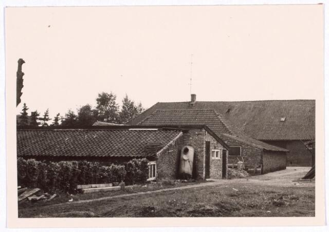 017824 - Erf van een boerderij aan de Rielseweg (thans Dr. Hub. van Doorneweg) halverwege 1968