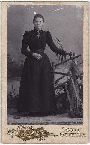 005054 - Miet LINDERS, een van de zussen Linders
