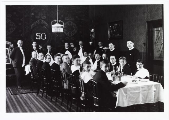 009493 - Kloosters. R. K Jongensweeshuis-drukkerij van de fraters van Tilburg. Diner in de kapittelzaal van de fraters naar aanleiding van het gouden dienstjubileum van Kees Kolen