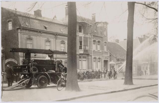 103684 - Brandweer. Oefening met een Dellahaye autobrandspuit op de koemarkt (Heuvel)