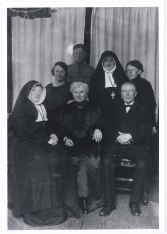 006180 - professiefeest ten huize familie Verschuuren-van Hoof van zuster Antonetta en Coleta op 25 october 1922.