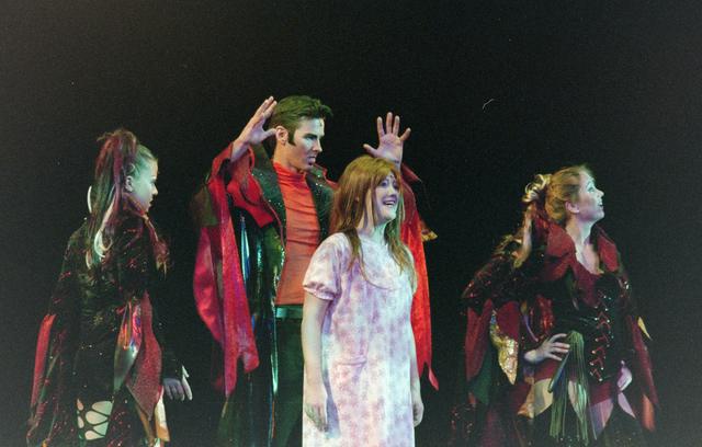 1237_001_027-1_011 - Cultuur. Theater. Tilburgse Revue. Waarschijnlijk de generale repetitie van de voorstelling Fèèn Familie op 17 maart 2005.
