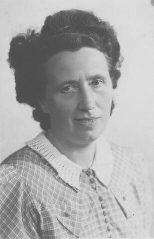065746 - Cornelia Johanna Pijnenburg geboren te Tilburg op 28 juli 1905, dochter van wever Adrianus Pijnenburg en Cornelia Maria Donders. Zij trouwde te Tilburg op 3 februari 1948 met kruidenier Michel van Belkom.