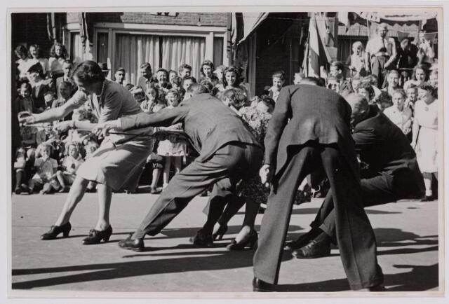 042878 - Bevrijdingsfeest. Bewoners van de Nieuwe Bosscheweg tijdens een touwtrekwedstrijd als onderdeel van de bevrijdingsfeesten begin september 1945