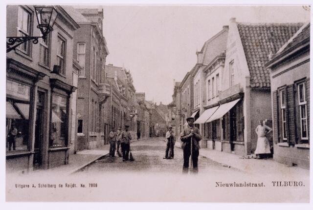 037397 - Straatvegers in de Nieuwlandstraat- Rechts achter de man de in de poort de drukkerij van A. Scholberg-de Reijdt.