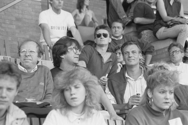 TLB023000008_004 - Bezoekers Rockfestival Monsters of Rock gehouden in het Willem II stadion. Onder de genodigden bevonden zich Wethouder Jan Timmermans (2e rij, 1e van links) en Wethouder Hans Krosse (2e rij, 3e van links)