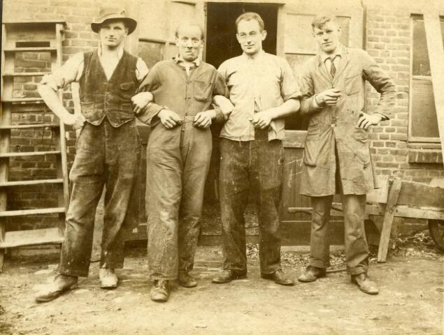 092783 - Timmerman Joseph Gerardus Broeders kwam in 1914 vanuit Argentinië naar Tilburg, waar hij de kost verdiende als timmerman. In 1919 kocht Broeders sr. samen met timmerman Reinier Geurts een bouwterrein aan de Groeseindstraat, maar drie jaar later kocht hij het aandeel van Geurts met het daarop gebouwde huis (Groeseindstraat 39). In 1923 begon Broeders sr. met zijn zoon Juan een aannemersbedrijf, later omgezet in een timmerbedrijf onder de firmanaam J.G. Broeders & Zonen.