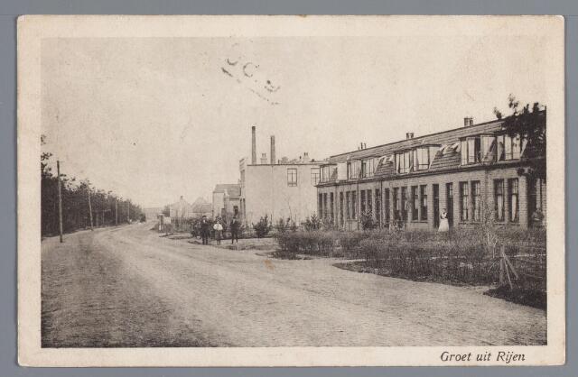 """057844 - Rijen. de N.V. Elektrische Werktuigenfabriek liet in 1907 een fabriek bouwen op de hoek van de Julianastraat en de Rijksweg, doch begon al terstond met de productie in een loods aan de Julianastraat. De loods liet men na het gereed komen van de bedrijfsgebouwen afbreken en in de plaats daarvan kwamen tien woningen voor leidinggevend personeel. Op deze foto van omstreeks 1916 ziet men rechts een aantal van deze woningen. De naam van het bedrijf zou in 1920 gewijzigd worden i n de N.V. Nederlandsche Ericson Telefoonfabrieken. Achter de huizen de N.V. Lederfabriek """"Noord Brabant""""."""