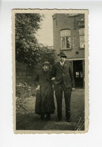 604206 - Anna Pierson-van Laarhoven (Heusden 1852-Tilburg 1937) en waarschijnlijk haar zoon Cornelis P.J. Pierson (1883-1948). Moeder en zoon werden gefotografeerd achter het winkelpand van de Firma E.P. Pierson aan de Heuvelstraat 99 te Tilburg