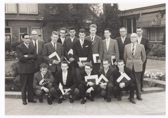 038561 - Volt. Zuid. Opleidingen. Geslaagden van de vakliedenopleiding studiejaren 1956 -1959. Voorste rij v.l.n.r.: Dominicus, Kieboom, van Gurchom, van Griensven en Leyten. Achterste rij v.l.n.r.: Van Beers: theoriedocent, Hopstaken: praktijkdocent, Vermeer, van de Wouw, Aarts, van de Velden, Hopstaken, van Swam, Rutten: afd. chef gereedschapmakerij, de Jong: hoofd werkplaats E.T.Lab. en de Graaff: bedrijfsingenieur bij Volt. Een aantal van hen studeerde verder en konden later promoveren.