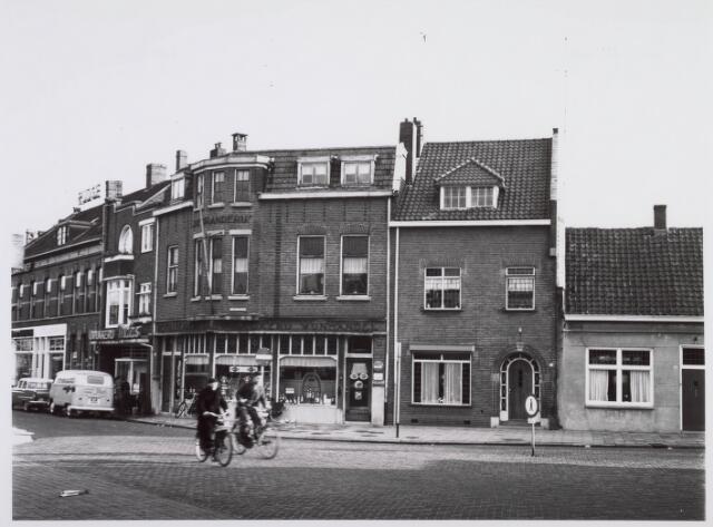018225 - Distilleerderij, stokerij en wijnhandel De Branderij op de hoek van de Emmastraat omstreeks 1965