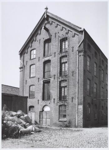 019242 - Gebouw behorende tot het complex van wollenstoffenfabriek C. Mommers. Het is het hoogste fabrieksgebouw dat ooit in Tilburg is gebouwd. Het is in twee etappen tot stand gekomen, te weten in 1885 en 1894. Thans behoort het tot het Nederlands Textielmuseum