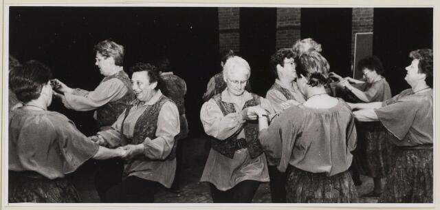 085197 - Dongen.KBO.Optreden volksdansgroep tijdens het ziekentridium. 3e van links mevrouw van Gils-Bogers