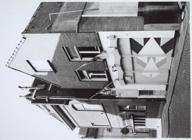 025474 - Studentencafé Variété aan de Langestraat in 1985. Daarnaast, op de hoek met de Tuinstraat, het pand van het voormalige weekblad Roomsch Leven, waarin later een begrafenisonderneming was gevestigd. Begin 2004 werd het gesloopt ten behoeve van nieuwbouw op het voormalige Harmonie-terrein