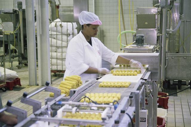 TLB023000905_001 - Werkneemster Breti snacks in de fabriek.