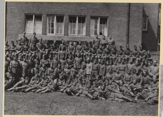 077349 - Mobilisatie 1939-1940. Vóór de Chasseekazerne in Breda.