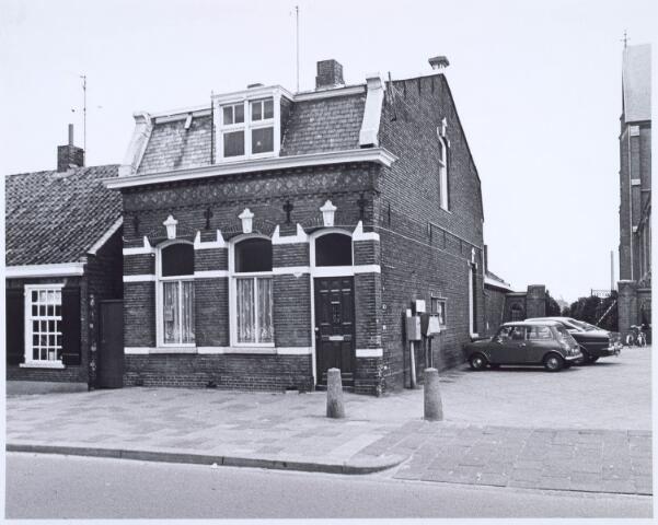 020458 - Pand Hasseltstraat 192, gelegen tussen de wevershuisjes (links) en de kerk van Onze Lieve Vrouw van de H. Rozenkrans